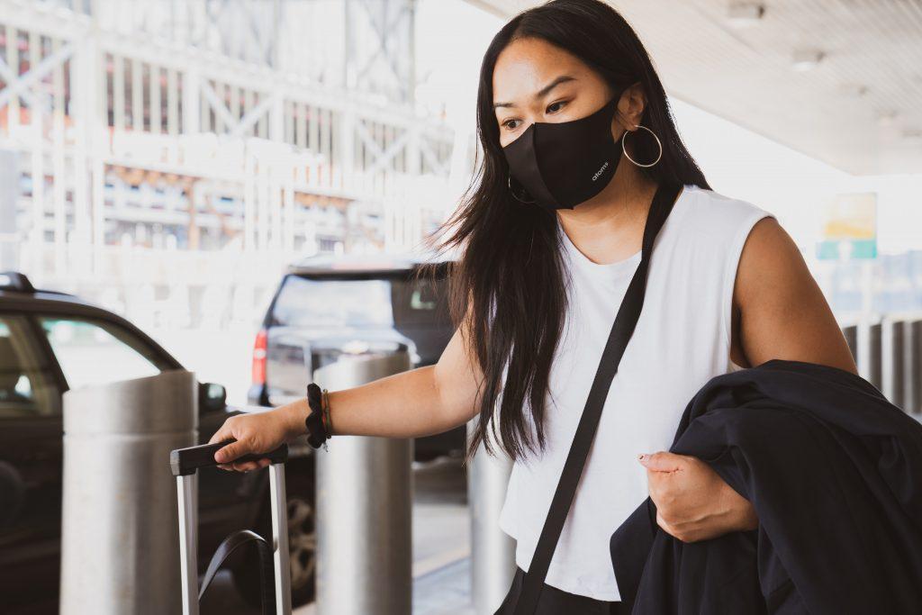 Asiatische Frau trägt Mundschutzmaske